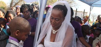 這就是讓全世界顛倒的婚禮。這名9歲的非洲小男生娶了比他大53歲的女士。原因讓人傻眼。