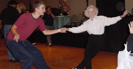 這個老阿嬤已經90歲了,但跳起舞來根本像是20歲的!