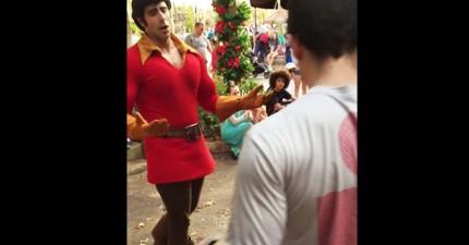這個男生去迪士尼樂園挑戰《美女與野獸》壞蛋加斯頓,結果被徹底羞辱!
