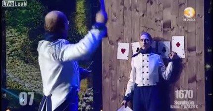 飛刀表演者狀況不佳,飛向助理的第二刀讓觀眾全部驚心尖叫!