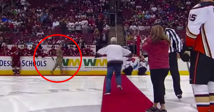 冰球賽請了這對夫婦來看球賽,但在開球儀式時從遠處看到的景象讓他們都失去了控制!