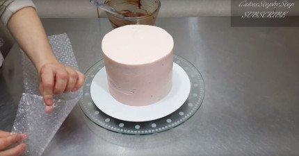當他在做蛋糕的時候忽然拿出「泡泡紙」,結束後最超乎想像的完美蛋糕就誕生了!