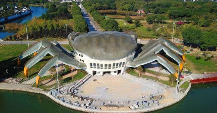 中國「大閘蟹建築」驚呆網友,巨大超逼真近看腿上細節一整個毛骨悚然!
