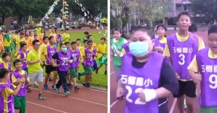 好想跟大家一起跑步!血癌童忍痛參加最後一個運動會,「全班放慢陪他跑完」成最感動畫面!(影片)