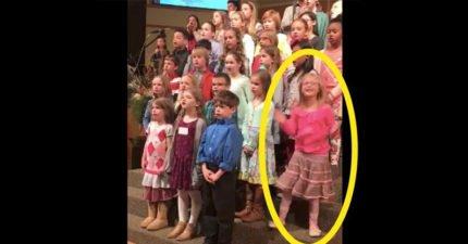 當音樂一開始,全場家長目光都再也離不開這名粉紅色衣服的小女孩!