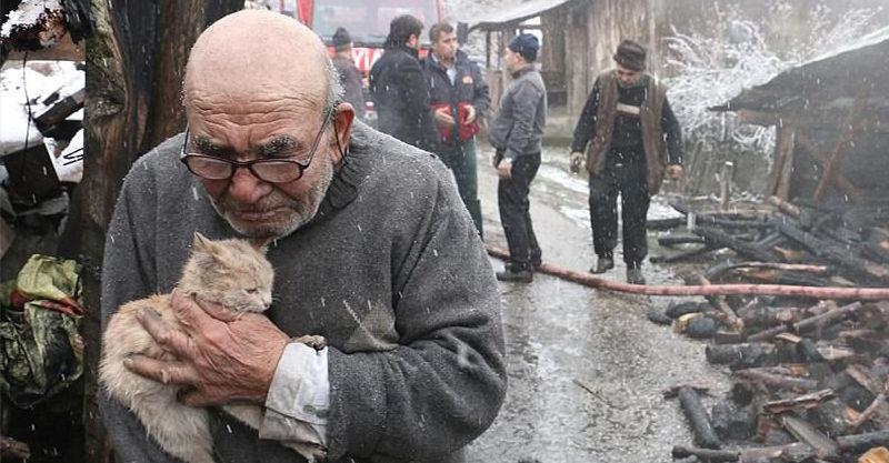 房子燒成灰燼!83歲爺爺發現愛貓活著 撐著拐杖「緊抱毛孩哽咽」全網心碎