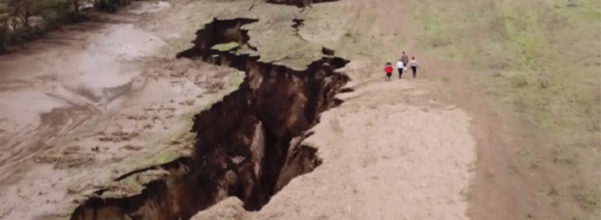 肯亞驚現「15米深巨大裂縫」綿延700公尺!科學家:未來非洲恐「裂成兩半」無法阻止