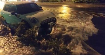 台南一夜暴雨 女騎士一路被「水流推車」撞上MINI...3男孩伸手救援!