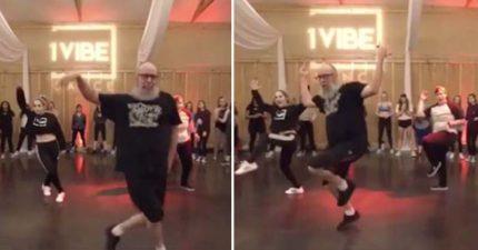40歲鬍子叔用超猛的「18歲高速熱舞」迷倒辣妹 網友傻眼:膝蓋不痛嗎?