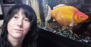 她玩遊戲贏到「小金魚」 兩年後變「30公分怪物」而且還在長大
