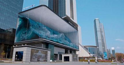 首爾出現「6層樓海浪」收進櫥窗展示 衝浪的畫面太震撼!