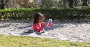 女兒「下半身」不見了?玩耍到一半「剩半個人」眼尖網友:看影子就懂