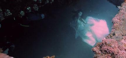 攝影師拍攝模特兒和海底沉船